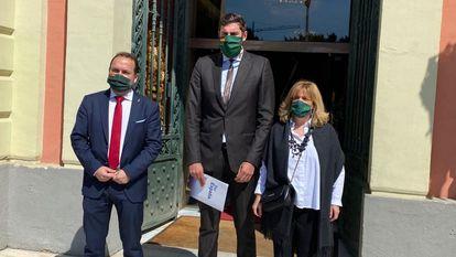 Los concejales de Vox, en la puerta del Ayuntamiento de Murcia.