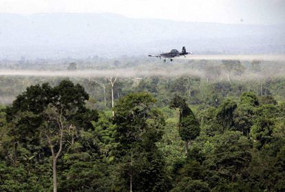 Fumigación aérea sobre narcocultivos en el sur de Colombia.