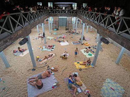 Vista general del pabellón de Lituania en la Bienal de Venecia con la obra 'Sun & Sea (Marina)'.