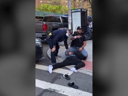 Captura de video del arresto de la policía de Nueva York durante la aplicación de distanciamiento social en East Village.