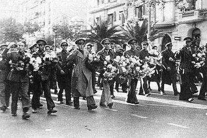 Desfile de despedida de brigadistas en Barcelona, el 28 de octubre de 1938.