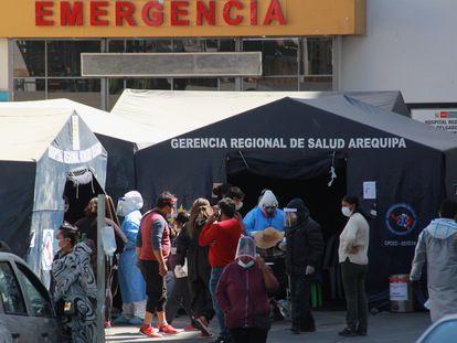 Pacientes con síntomas de covid-19 esperan a las puertas de un hospital en Arequipa, Perú.
