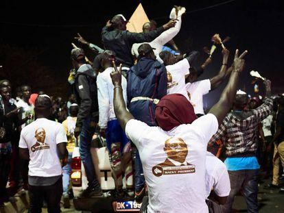 Partidarios del presidente Sall celebran en las calles la autoproclamada victoria de su candidato, ayer en Dakar.
