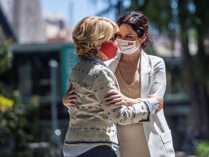 La expresidenta madrileña Esperanza Aguirre, acompañada por la presidenta de la Comunidad de Madrid, Isabel Díaz Ayuso, el pasado mes de mayo en Madrid.