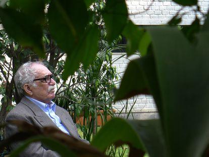 Gabriel García Márquez en su jardín de Ciudad de México, retratado por su amigo Guillermo Angulo, autor de 'Gabo + 8'.
