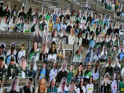 Grada del estadio del Borussia Mönchengladbach, con fotos de sus hinchas.