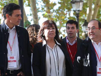 Pedro Sánchez con la presidenta, Cristina Narbona, junto a Miquel Iceta.