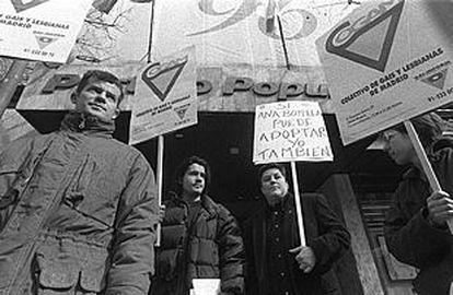 Manifestación ante la sede nacional del PP para pedir la adopción por parejas homosexuales en 1996.