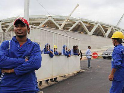Trabajadores cruzados de brazos en el Arena Amazonia.