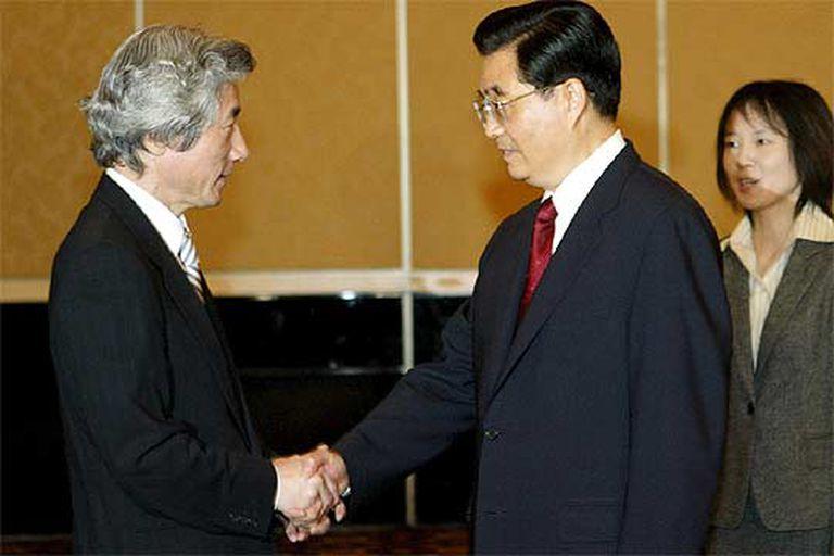 El primer ministro de Japón, Junichiro Koizumi, estrecha la mano del presidente de China, Hu Jintao.
