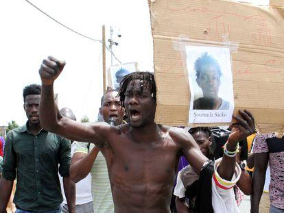 Los jornaleros africanos de San Ferdinando protestan por el asesinato del compaero Soumayla Sacko.