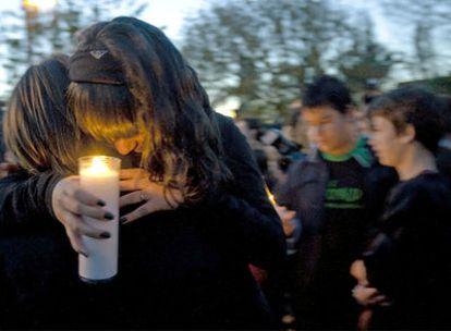 Amigos y compañeros de clase de María Dolores se concentraron ayer en Ripollet para pedir justicia por el asesinato de la menor.