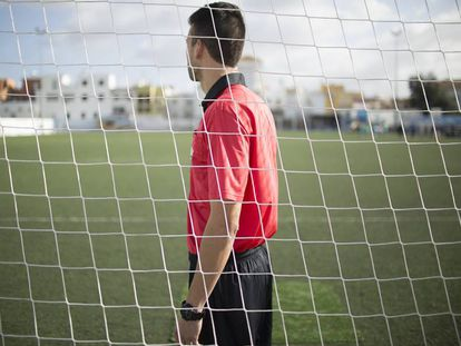 El árbitro Felipe Fernández, antes de un partido en La Algaba (Sevilla).