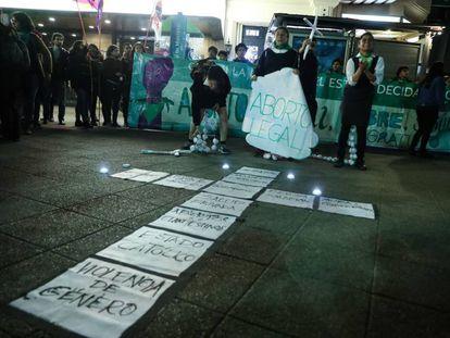 Decenas de mujeres realizan una manifestación el viernes en la tradicional Plaza Italia de Santiago a favor del aborto