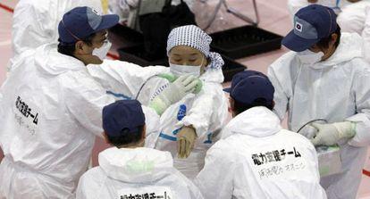 Médicos hacen un test a una habitante de la zona cercana a la central nuclear de Fukushima, en 2011, tras el trágico accidente.