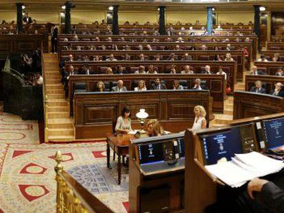 Rajoy (derecha) sigue una intervención de Zapatero en el Congreso.