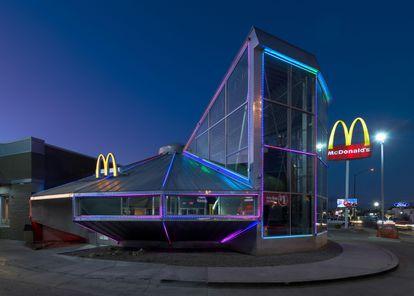El McDonald's de Roswell tiene forma de platillo volante con luces de neón que se iluminan por la noche.