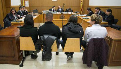 A la izquierda, los abogados de la Generalitat en un juicio.