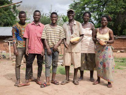 Retrato de la familia Kossivi, trabajadora del campo. Las mujeres de la familia se dedican al suministro de agua, las tareas domésticas, y la producción de aceite de palma