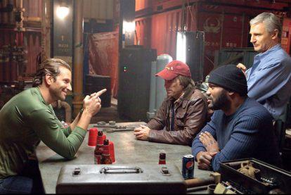 De izquierda a derecha: Bradley Cooper, Sharlto Copley, Quinton Rampage Jackson y Liam Neeson en un fotograma de <i>El equipo A.</i>