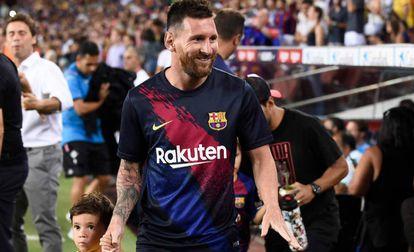 Leo Messi junto a su hijo Mateo, en el Camp Nou.