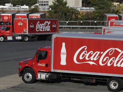 Camiones con el logo de Coca-Cola en una planta de EE UU.