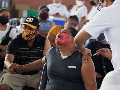 Una mujer recibe una dosis de la vacuna en Guadalupe, Nuevo León.