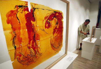 Una de las obras elaborada con papel de zanahoria con pigmento vegetal y tinta de chipirón.