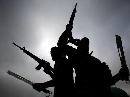 Milicianos chiíes iraquíes exhiben sus armas en Tikrit el 20 de marzo.