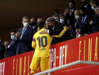 Messi y Laporta se abrazan en el palco después de que el Barcelona conquistara la Copa del Rey.