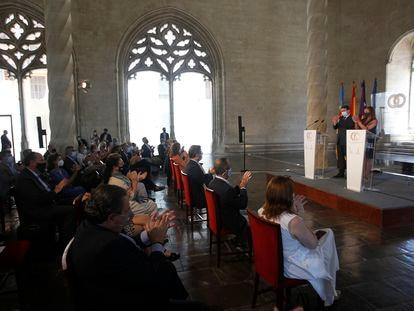 El presidente de la Generalitat valenciana, Ximo Puig, y la presidenta balear, Francina Armengol, aplauden tras finalizar la cumbre en la Llotja de Palma de Mallorca.