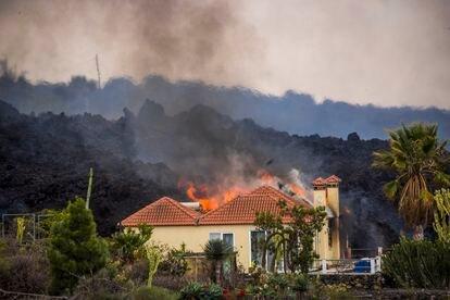 La lava se adentra en una casa de El Paraíso, este lunes.