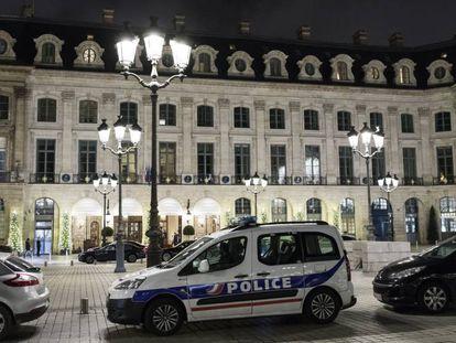 Un coche de policía, este miércoles frente al hotel Ritz de París.