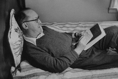 Vladimir Nabokov escribe en un cuaderno en su cama en 1958.