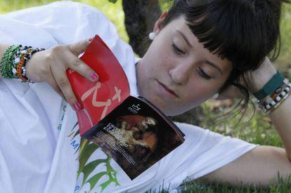 Una joven lee un libro religioso durante la Jornada Mundial de la Juventud, en 2011 en Madrid. / Getty Images