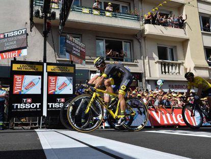 Bryan Coquard (en primer plano) y Marcel Kittel (detrás) entrando en meta en Limoges.