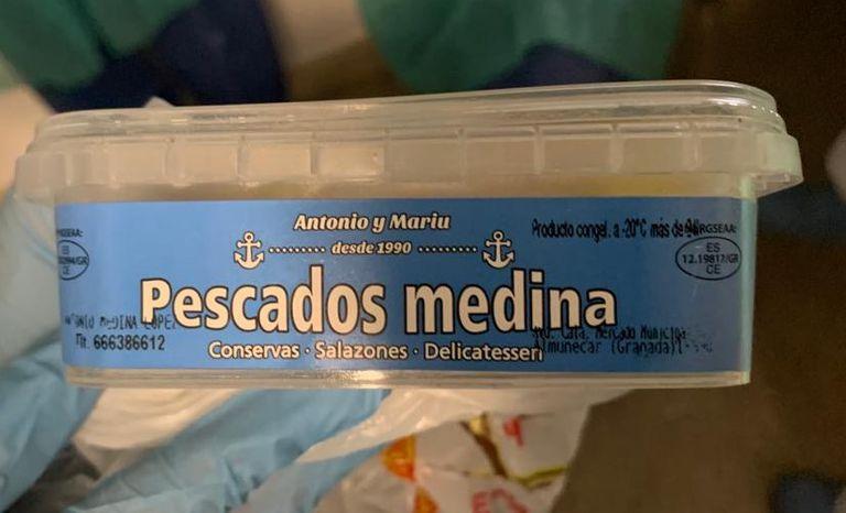 Una caja del lote de Pescados Medina que contiene el parásito anisakis.
