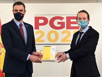 El presidente del gobierno, Pedro Sánchez (i), y el vicepresidente Pablo Iglesias tras la aprobación de los Presupuestos Generales del Estado del año 2021.