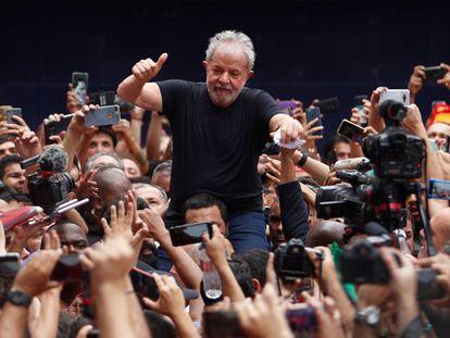 Lula da Silva saluda a la multitud que lo lleva en andas tras una reunión del sindicato metalúrgico de São Bernardo do Campo, en São Paulo, el 9 de noviembre de 2019.
