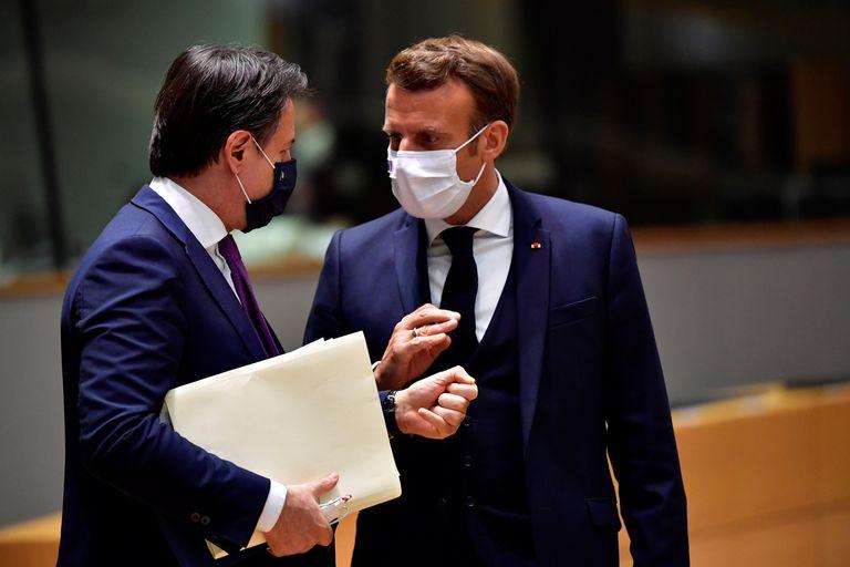 El primer ministro de Italia, Giuseppe Conte, y el presidente francés, Emmanuel Macron, en Bruselas el pasado 20 de julio, durante la cumbre europea que alumbró el plan de recuperación económica.