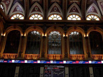 Una pantalla muestra un gráfico con la evolución del Ibex 35 en la Bolsa, en Madrid.