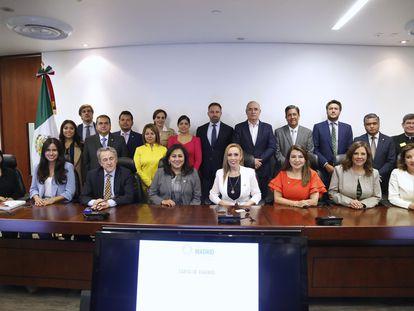 El líder de Vox, Santiago Abascal, en el centro de la imagen, posa para una fotografía en el Senado de México con políticos del PAN.