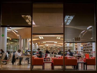 Estudiantes en una biblioteca de la Universidad Complutense de Madrid, el pasado diciembre.