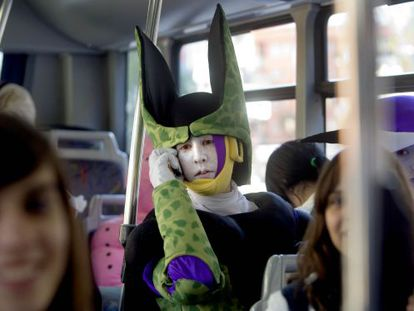 """Un """"cosplayer"""" a un autobús de Barcelona, camí del Saló del Manga. carmen secanella"""