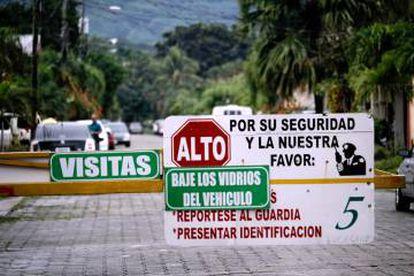 Valla de acceso a las casas en San Pedro Sula.