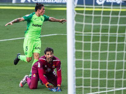 Jonathan Silva celebra ante Diego López su gol en el Espanyol-Leganés.