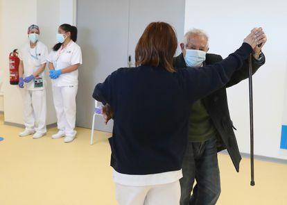 Antonio García, de 95 años, baila con una enfermera del Hospital de emergencias Enfermera Isabel Zendal