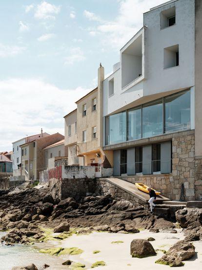 El arquitecto ha establecido un pequeño estudio en Corrubedo. Aquí ensaya ideas que después puedan aplicarse a mayor escala.