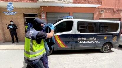 La Policía traslada a uno de los detenidos en la calle Cádiz de Almería, el 20 de abril del pasado año.