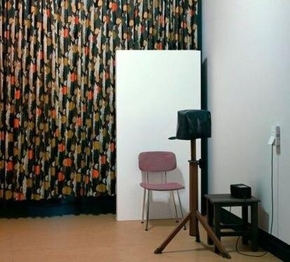 En esta imagen Thomas Demand reconstruye una estancia de la prisión de Gera en la que se fotografiaba diariamente a los presos